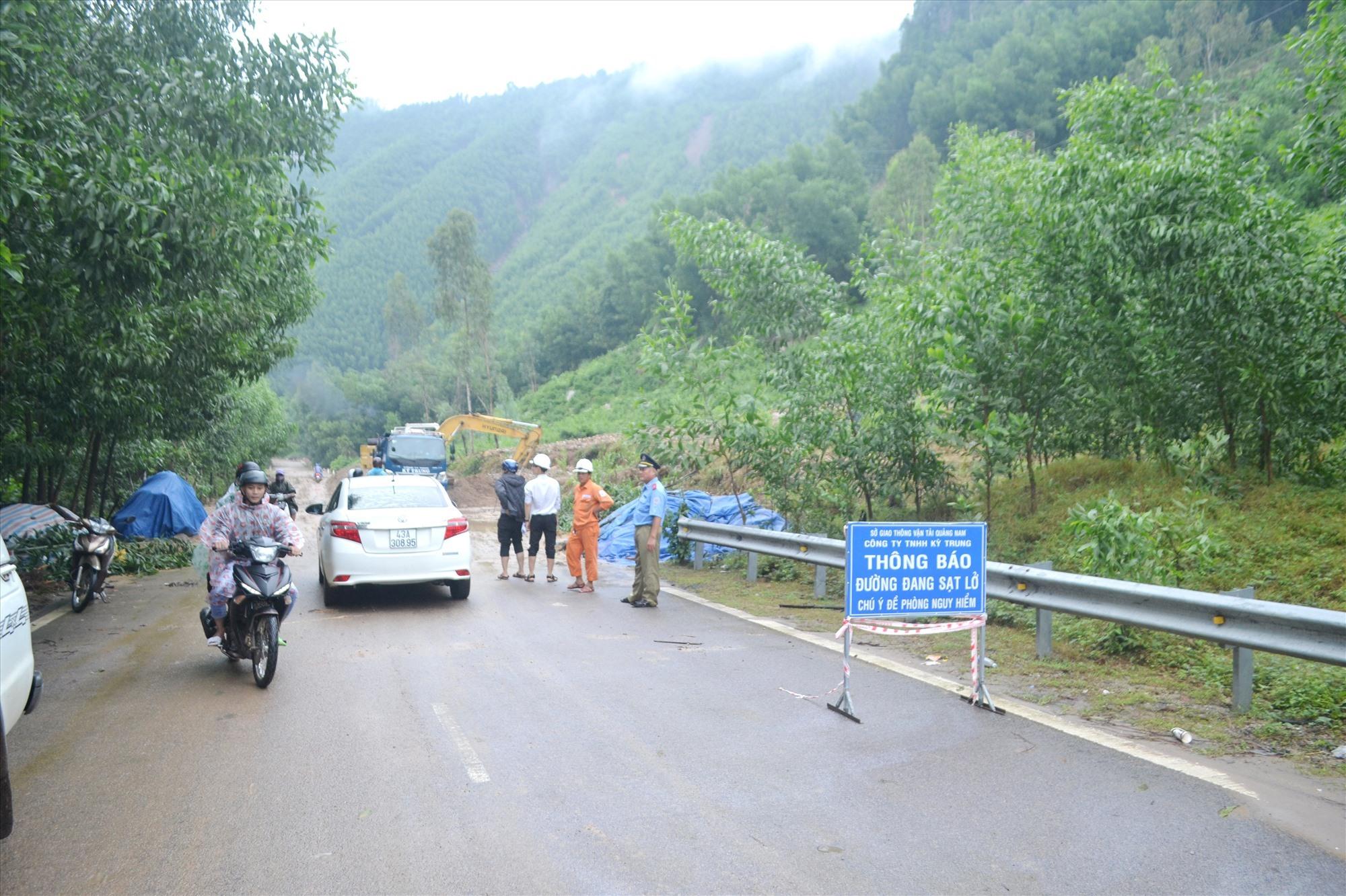 QL14H, đoạn qua địa phận xã Quế Trung (Nông Sơn) bị sạt lở nghiêm trọng. Ảnh: CT