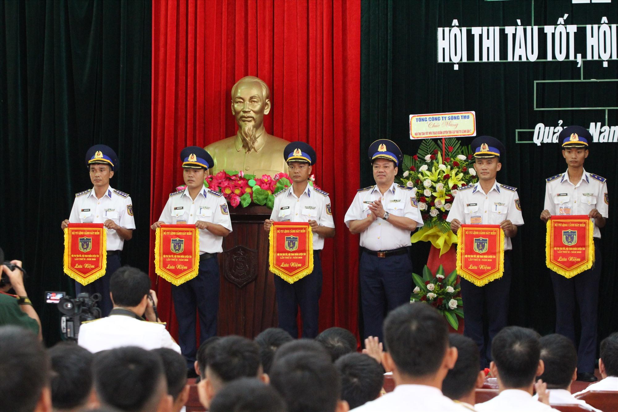 Thiếu tướng Phạm Kim Hậu - Phó tư lệnh, Tham mưu trưởng Cảnh sát biển Việt Nam trao cờ cho các đội thi. Ảnh: T.C