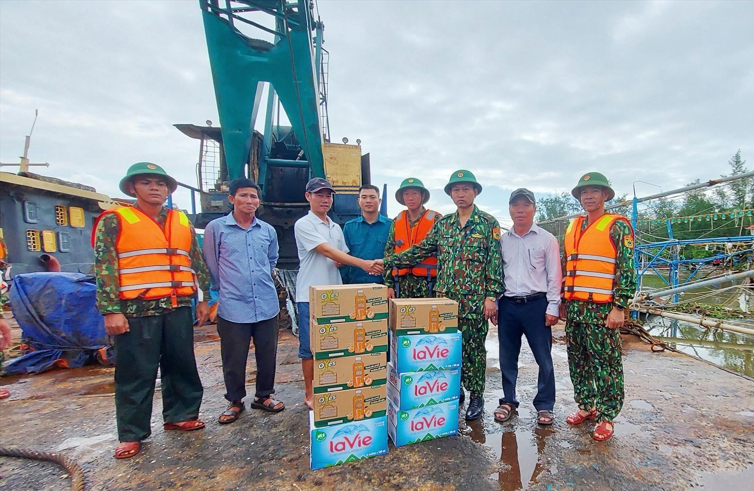 Bộ Chỉ huy BĐBP tỉnh đã đến động viên, tặng quà lực lượng cứu hộ. Ảnh: HỒNG ANH