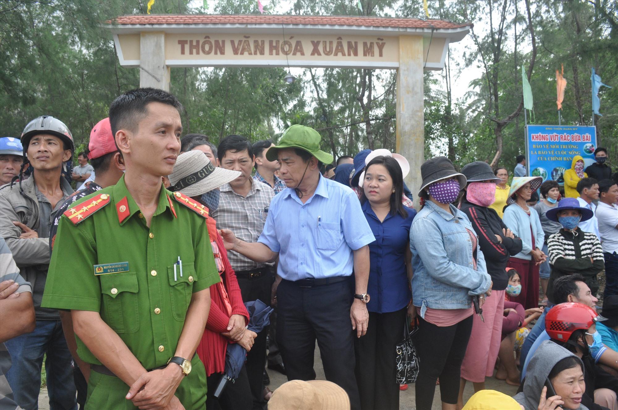Đồng chí Lê Văn Dũng đến theo dõi công tác tìm kiếm nạn nhân còn lại và trao đổi với người dân địa phương về tình hình mưa lũ vừa qua. Ảnh: N.Đ