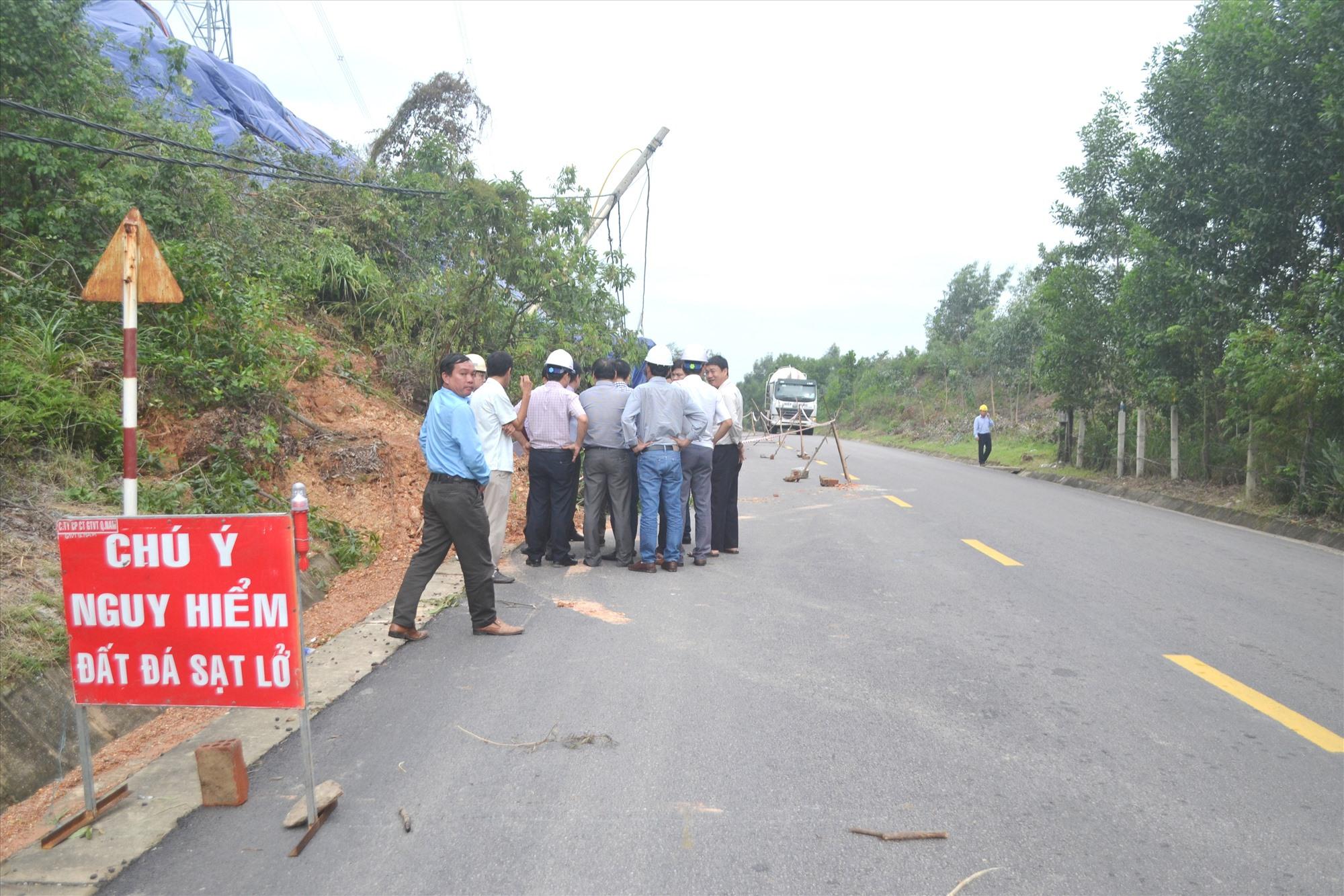 Đoàn công tác Tổng Cục đường bộ Việt Nam kiểm tra hư hỏng tường chắn tại lý trình km44+900, tuyến QL14B. Ảnh: CT