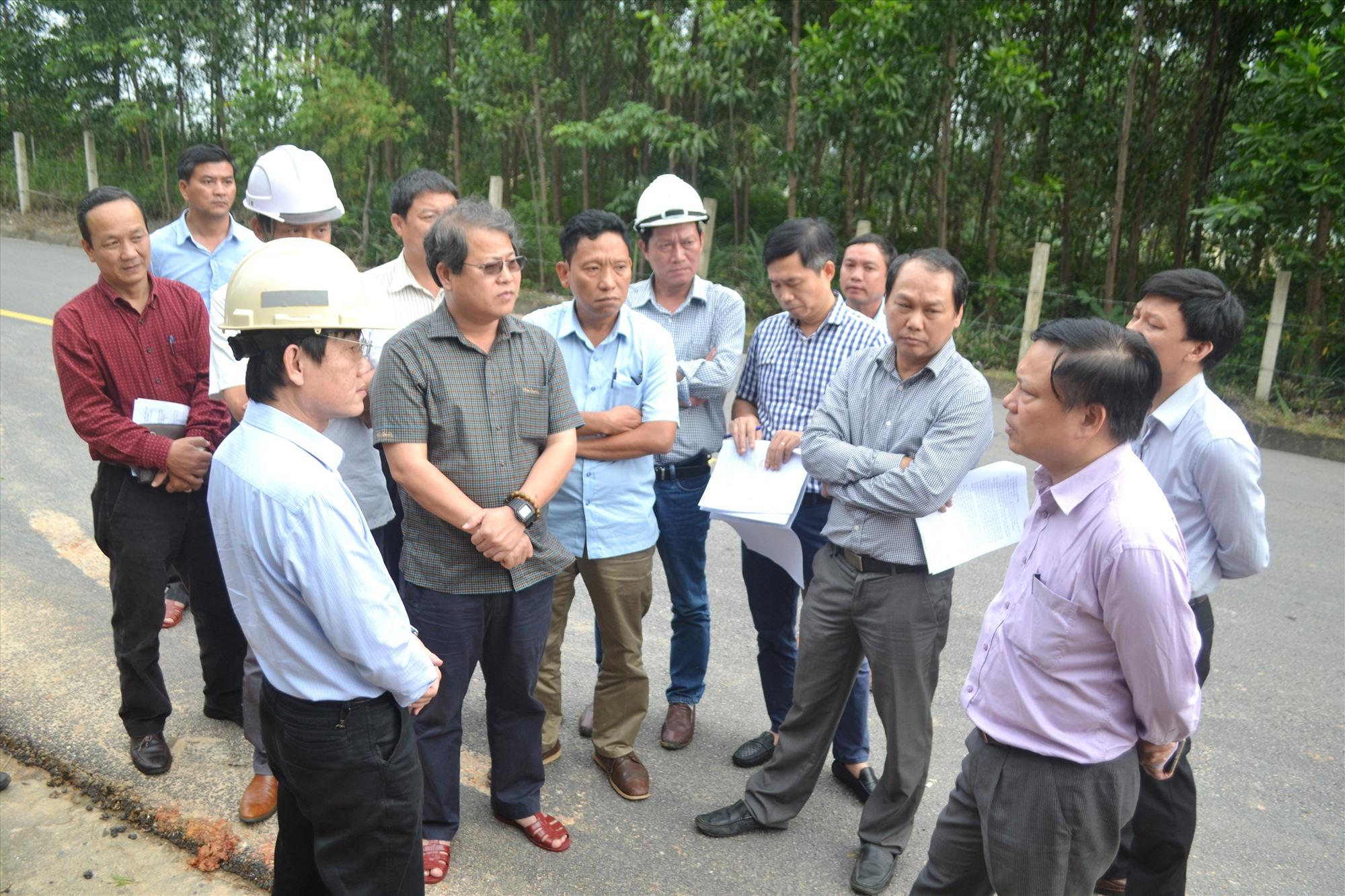 Phó Tổng cục trưởng Nguyễn Xuân Cường (ngoài cùng bên phải) nghe đơn vị quản lý đường dây 500Kv đề xuất phương án khắc phục. Ảnh: CT