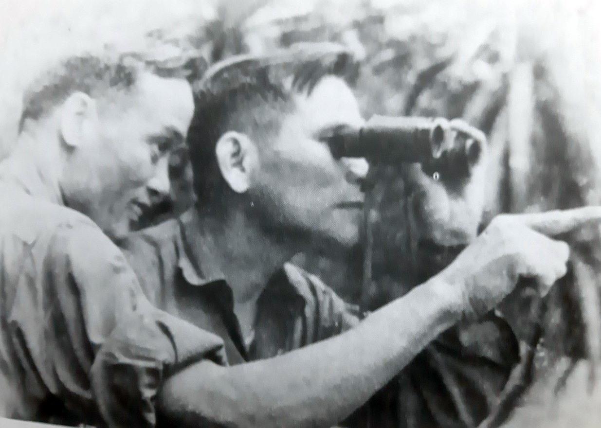 Chính ủy Nguyễn Huy Chương (cầm ống nhòm) quan sát thực địa chuẩn bị trận đánh Cấm Dơi- 1972. Ảnh: T.L