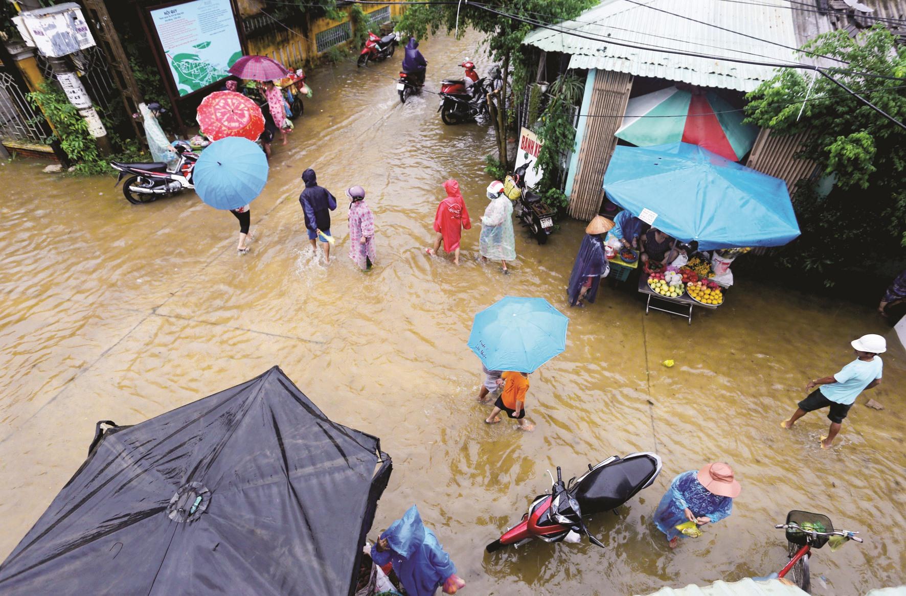 Quen với lụt, cư dân phố cổ có ứng xử riêng như một nét đặc trưng trong mùa nước ngập. Ảnh: T.C