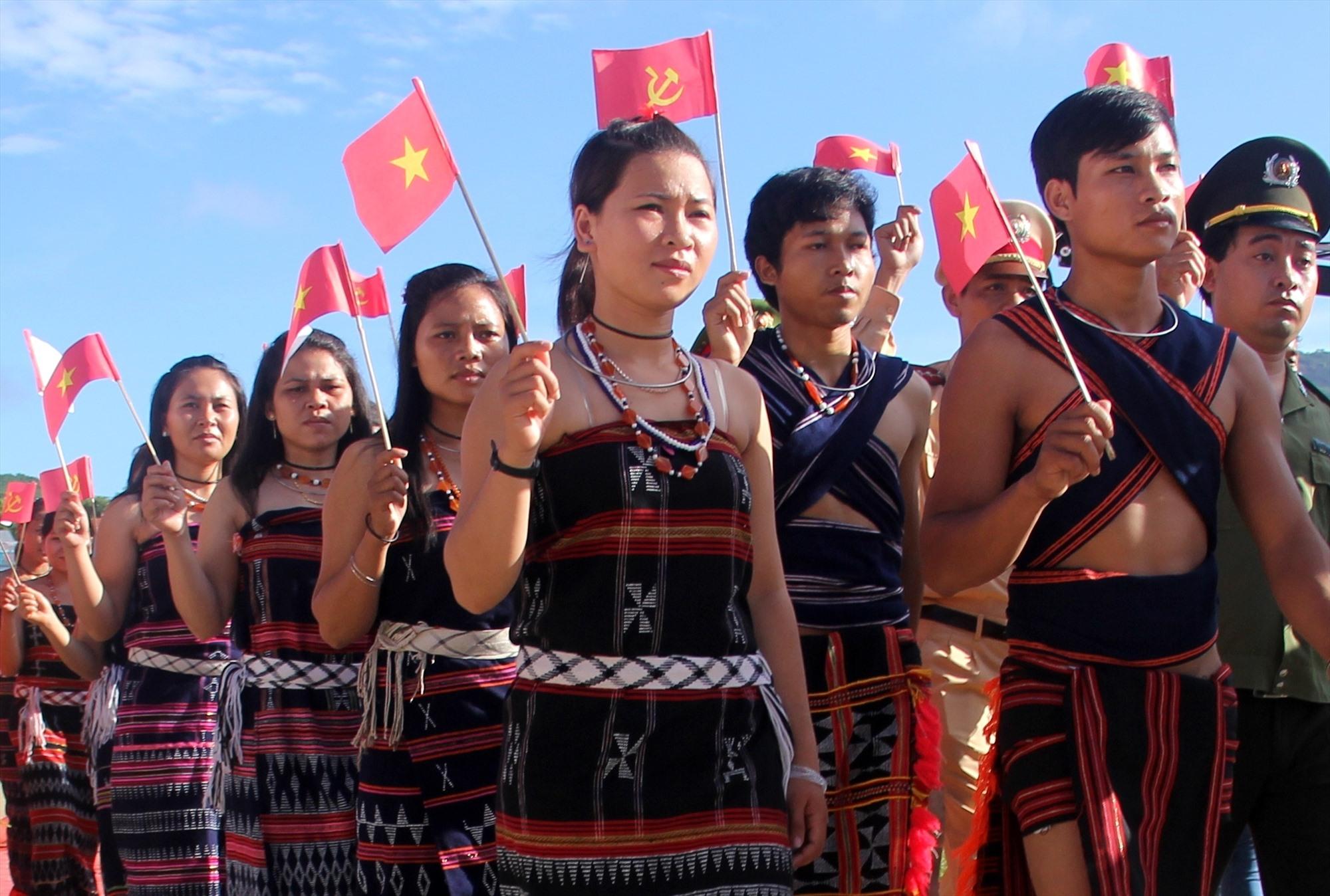 Những trang phục thổ cẩm Cơ Tu chuẩn được đồng bào mang đến lễ hội tạo không gian lung linh màu sắc truyền thống. Ảnh: ALĂNG NGƯỚC