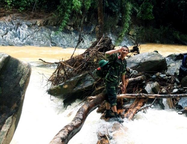 Từ thông tin của các chiến sĩ gửi về huyện Tây Giang sẽ có phương án người dân ở làng Aur. Trong ảnh: một chiến sĩ chào động viên đồng đội sau khi vượt nửa chặng dòng sông. Ảnh: C.L.N
