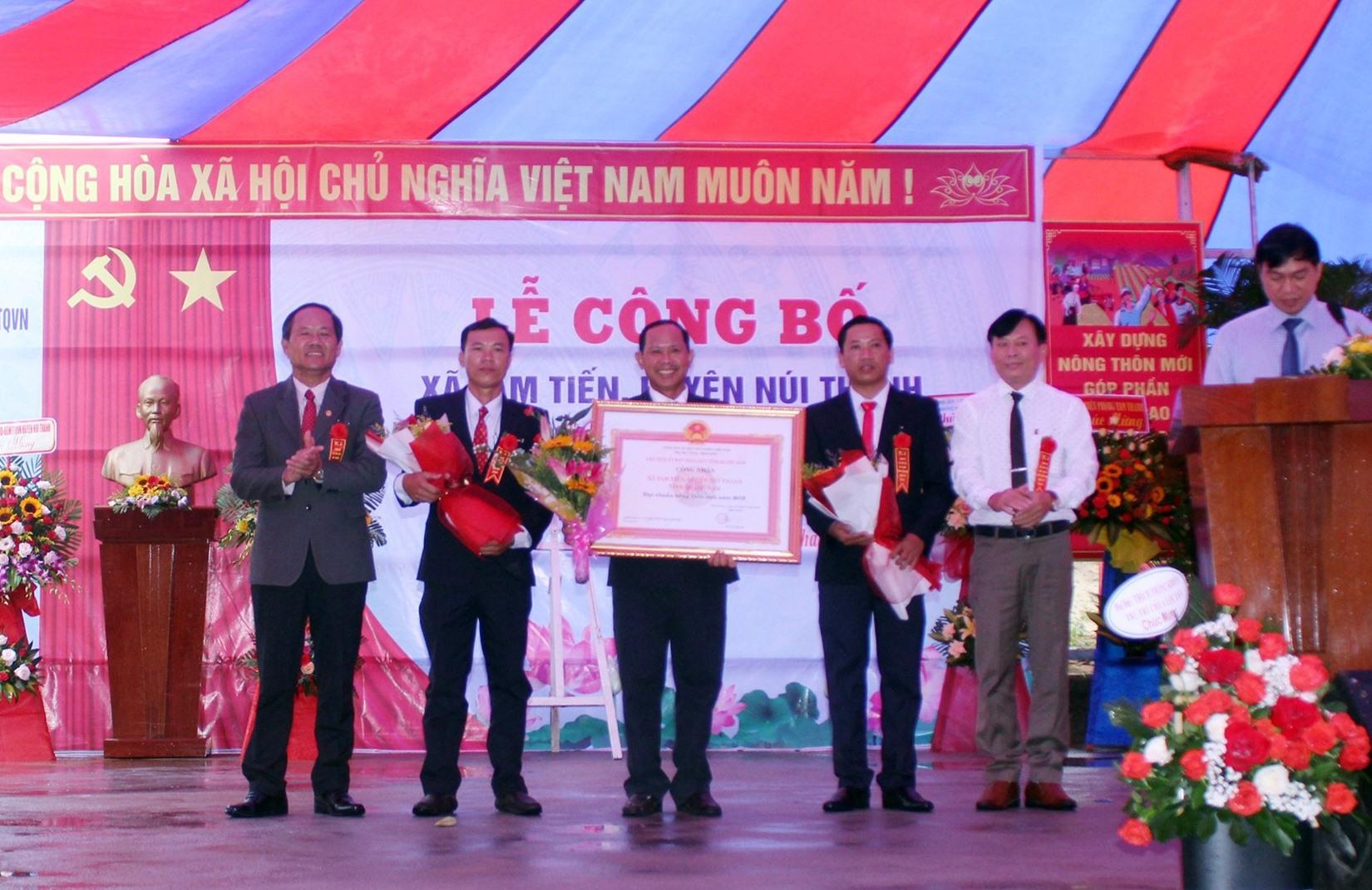 (QNO) - Sáng 16.10, xã Tam Tiến (Núi Thành) tổ chức lễ công bố đạt chuẩn nông thôn mới (NTM) năm 2019.