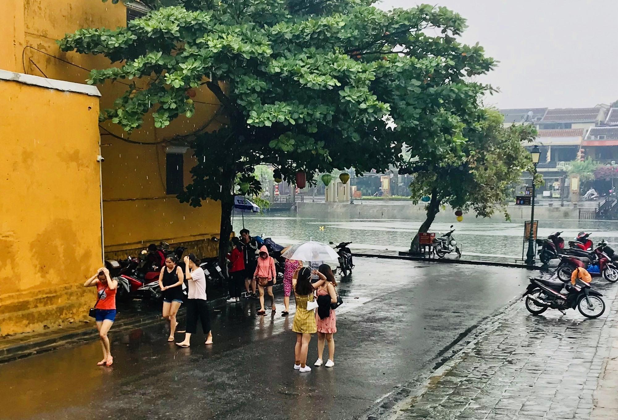 Thời tiết xấu kéo dài cũng khiến các điểm đến khó khăn trong việc thu hút khách nội địa. Ảnh: Q.T