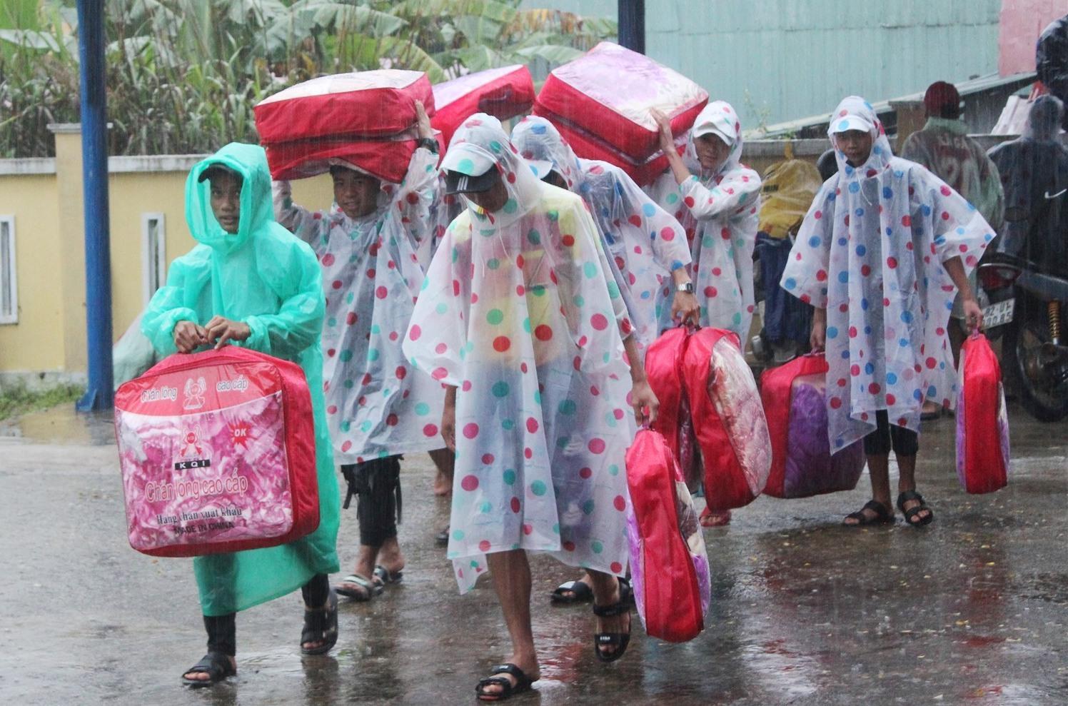 Trường THPT Võ Chí Công (xã A Xan) về Trường THPT Tây Giang (cách 40km) do sạt lở.