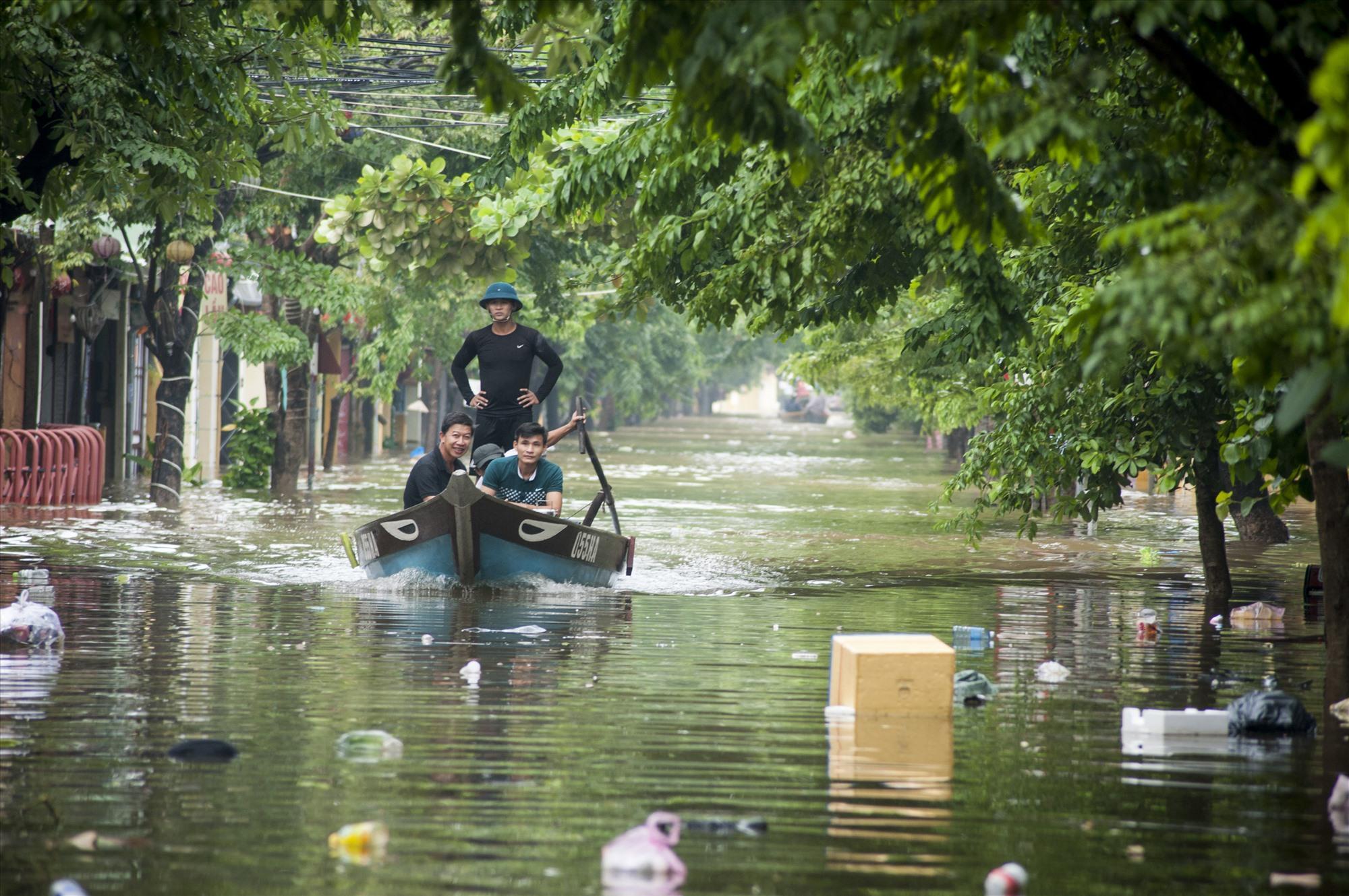 Đường Trần Hưng Đạo ngập nước.