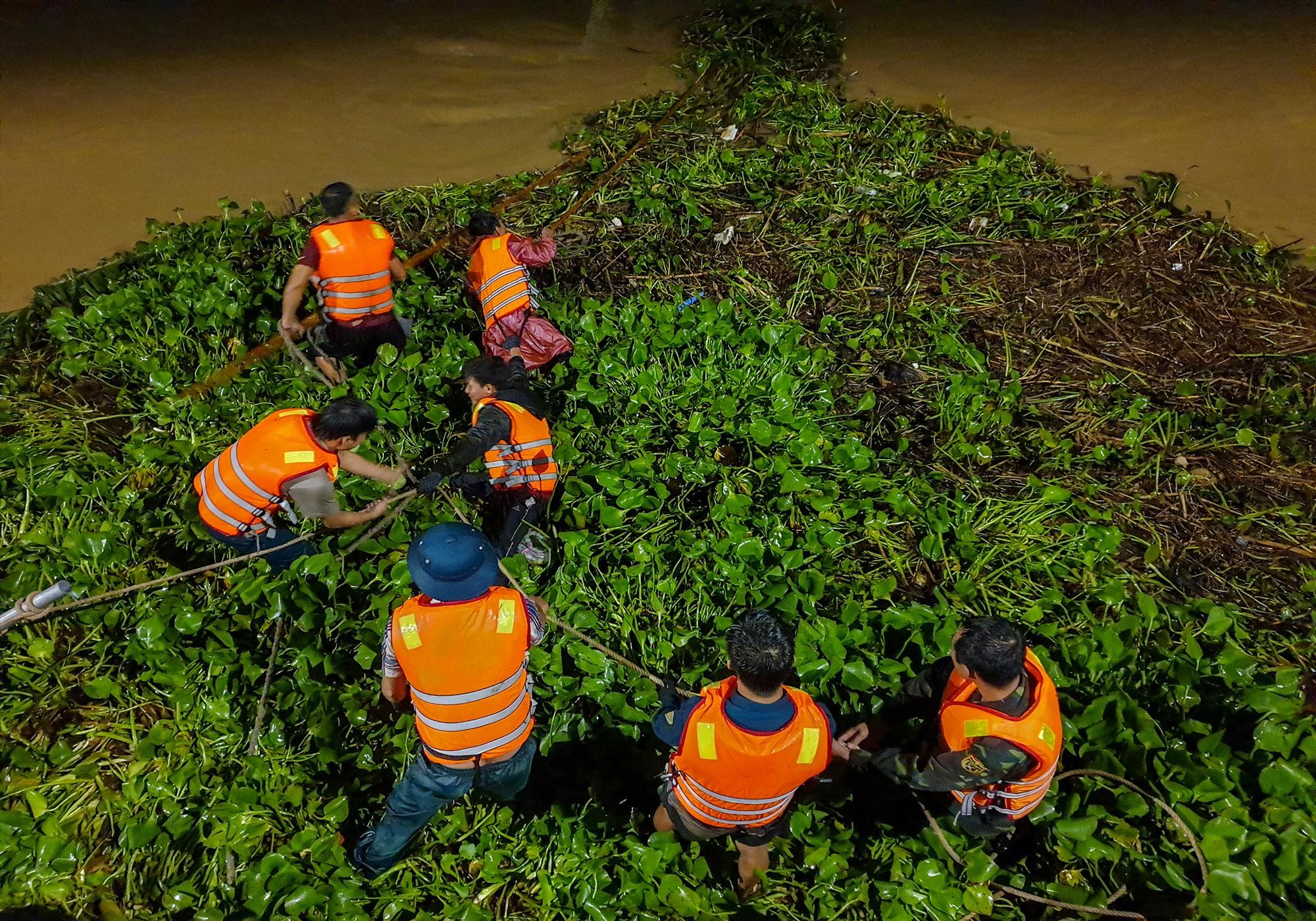 Các lực lượng hỗ trợ mở bèo cho cầu Cẩm Nam trong đêm.