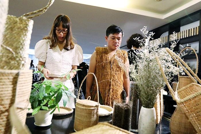 Du khách tham quan không gian trưng bày sản phẩm đan lát Cơ Tu. Ảnh: TIN TỨC