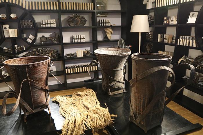 Các sản phẩm đan lát Cơ Tu được trưng bày tại triển lãm. Ảnh: TIN TỨC