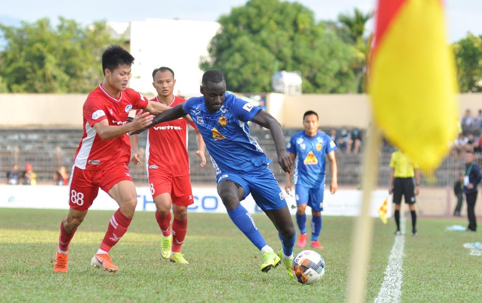 Kebe (áo xanh) hy vọng sẽ tiếp tục nổ súng để giúp Quảng Nam có chiến thắng. Ảnh: A.S