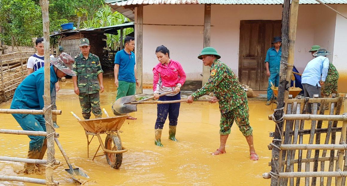 BĐBP giúp dân dọn vệ sinh nhà cửa sau khi nước rút. Ảnh: B.P