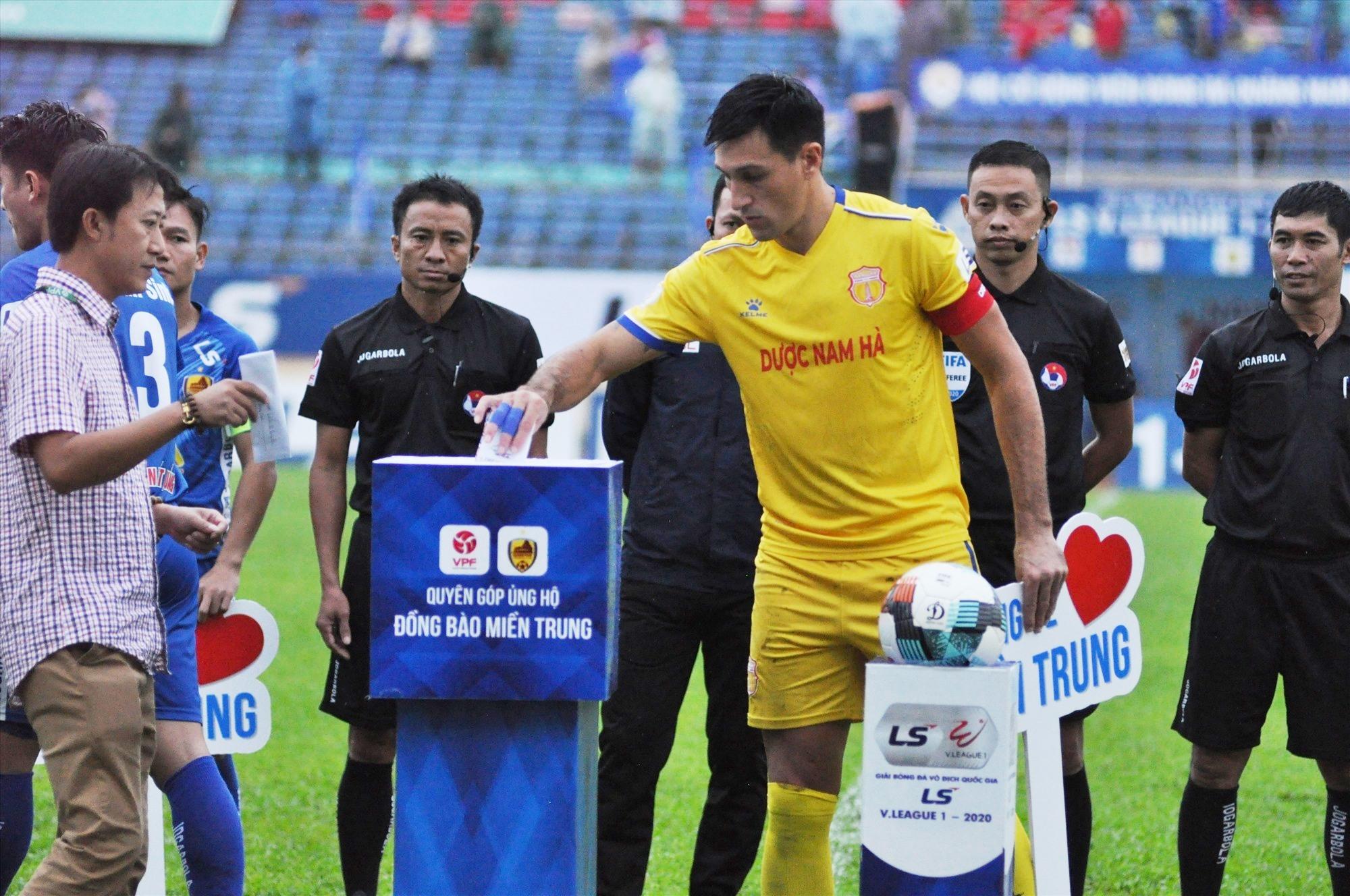 HLV Nguyễn Thành Công, đội trưởng Đỗ Merlo cùng hai đội bóng hưởng ứng ủng hộ người dân bị thiệt hại do lũ lụt. Ảnh: T.V