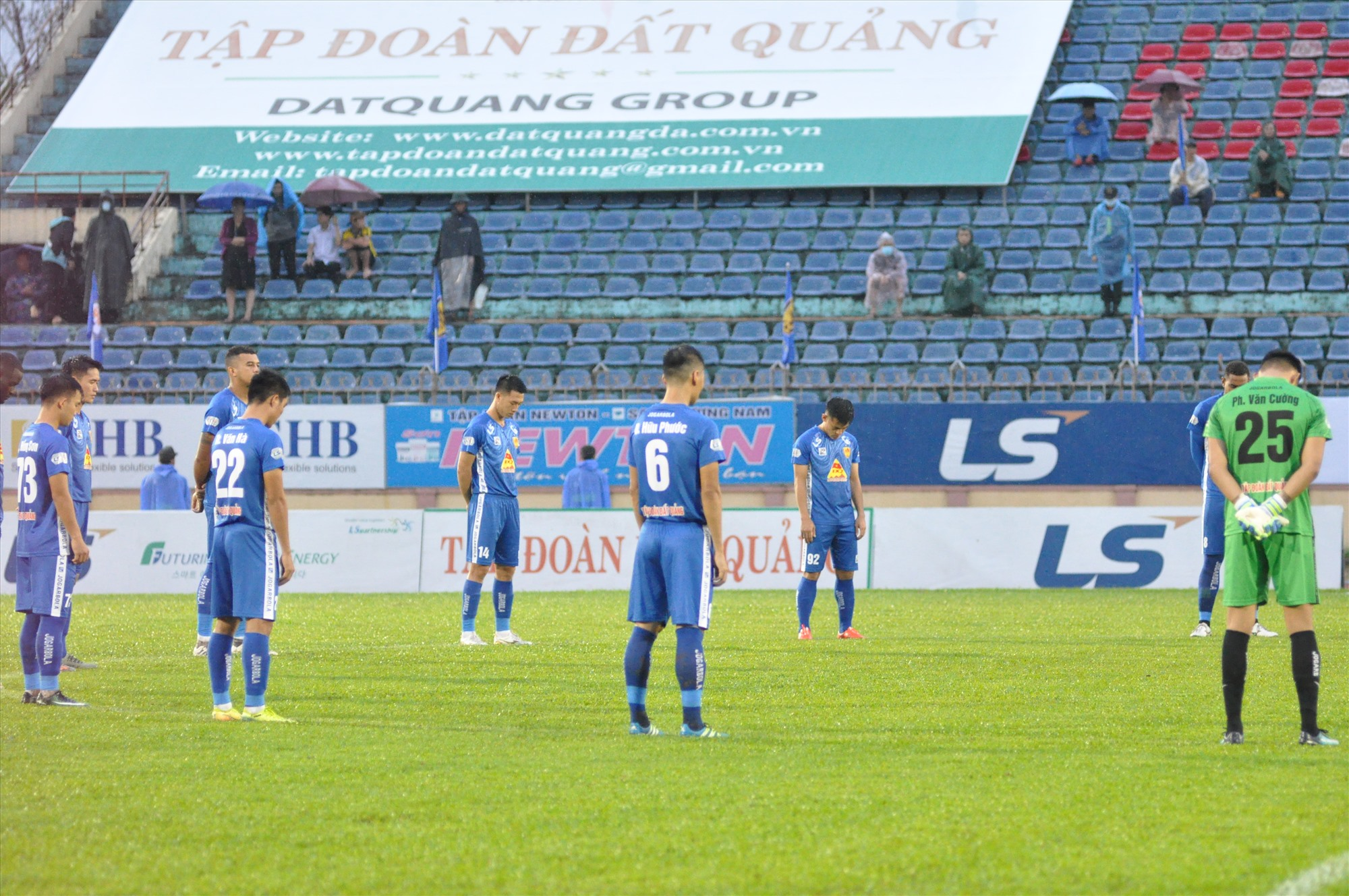 Trước khi trận đấu bắt đầu, cả hai đội và khán giả trên sân dành 1 phút mặc niệm những người đã chết trong phòng chống lũ lụt vừa qua. Ảnh: T.V