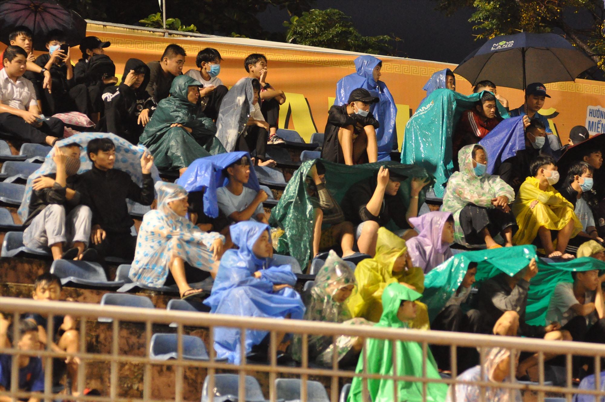 Người hâm mộ xứ Quảng đội mưa cổ vũ cho đội nhà. Ảnh: T.V