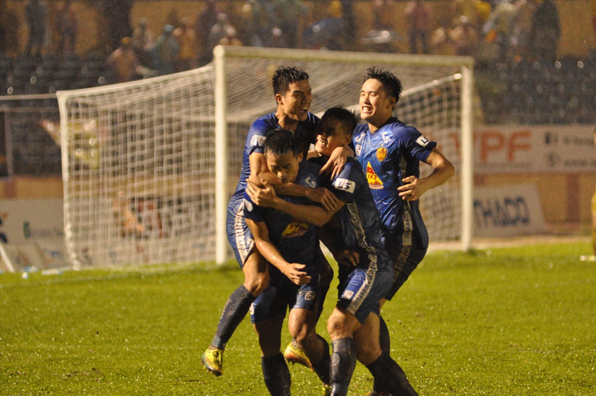 Niềm vui của đội Quảng Nam sau khi Minh Tuấn ghi bàn thắng thứ 2. Ảnh: T.V