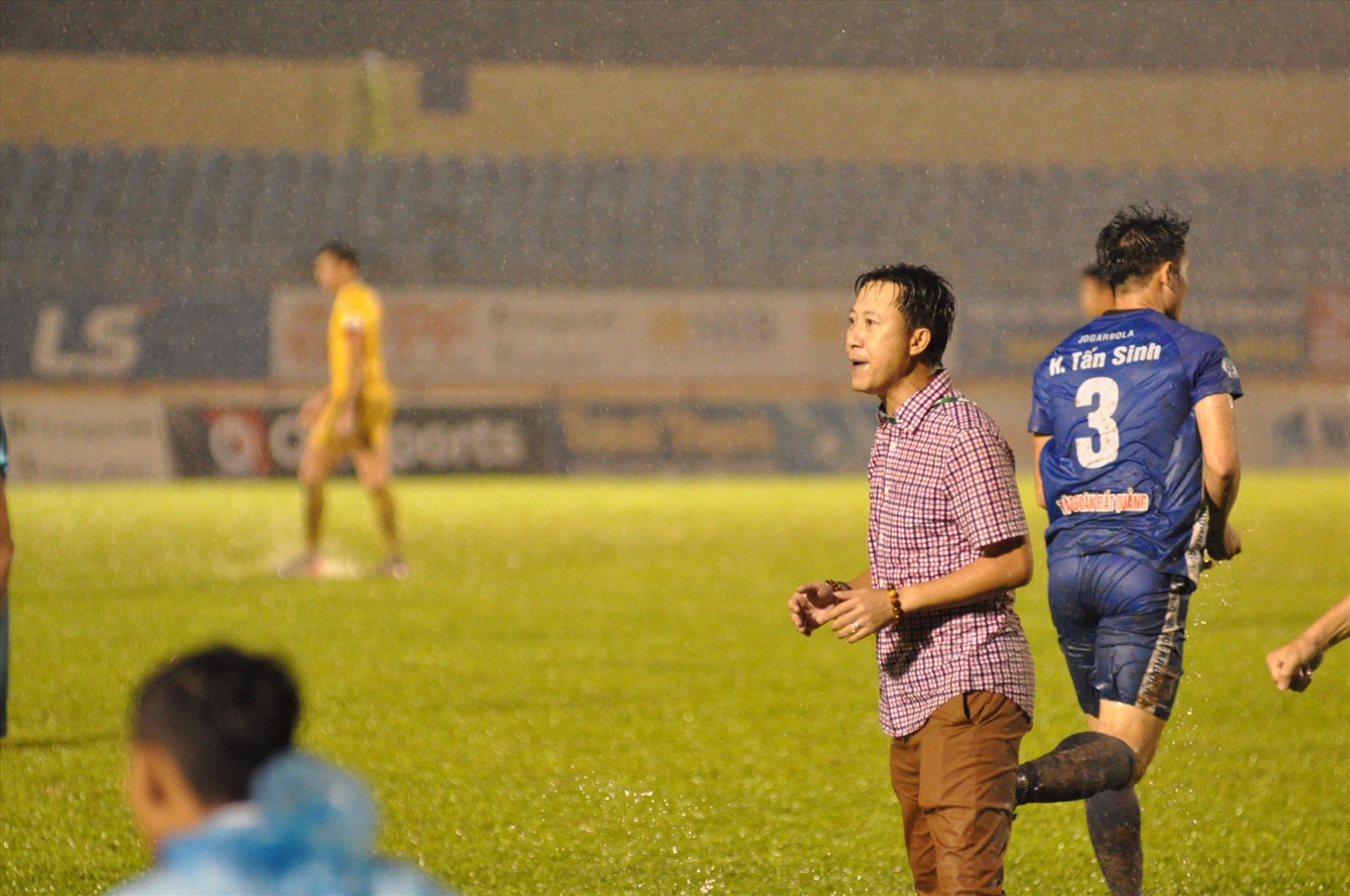 HLV Nguyễn Thành Công dầm mưa chỉ đạo trận đấu. Ảnh: T.V