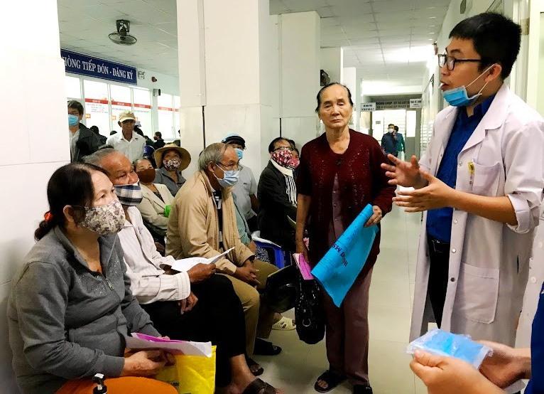 Hướng dẫn bệnh nhân chờ khám bệnh tại Bệnh viện Đa khoa tỉnh. Ảnh: C.N