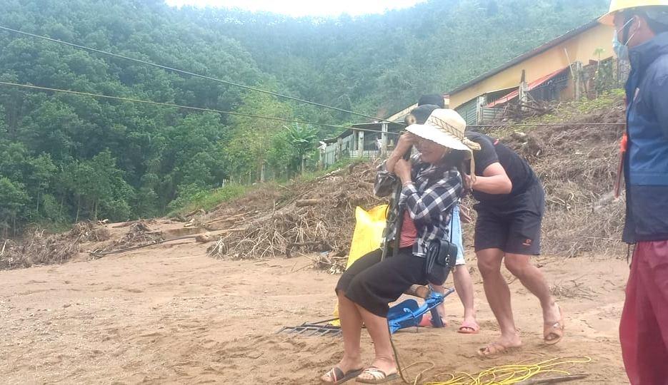 Người dân dùng dây đu qua dòng sông về nhà. Ảnh: B.N