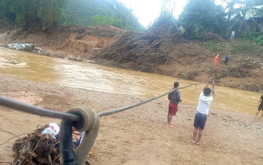 Từ kinh phí hỗ trợ của TP.Đà Nẵng và các mạnh thường quân, tới đây, Tây Giang sẽ cho xây dựng cầu treo tại các điểm thôn. Lúc đó, những hình ảnh như thế này hy vọng sẽ không còn xuất hiện. Ảnh: B.N