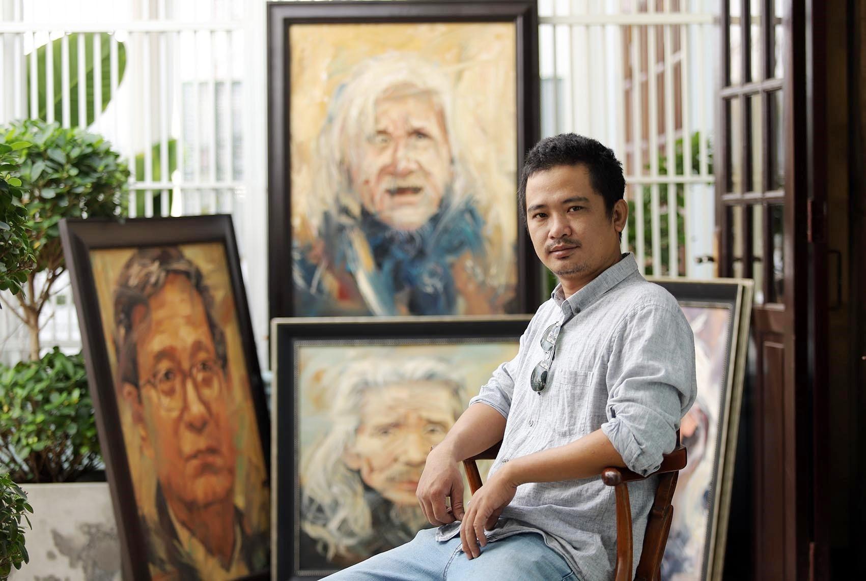 Họa sỹ Trần Thế Vĩnh bên tác phẩm của mình. Ảnh: NVCC