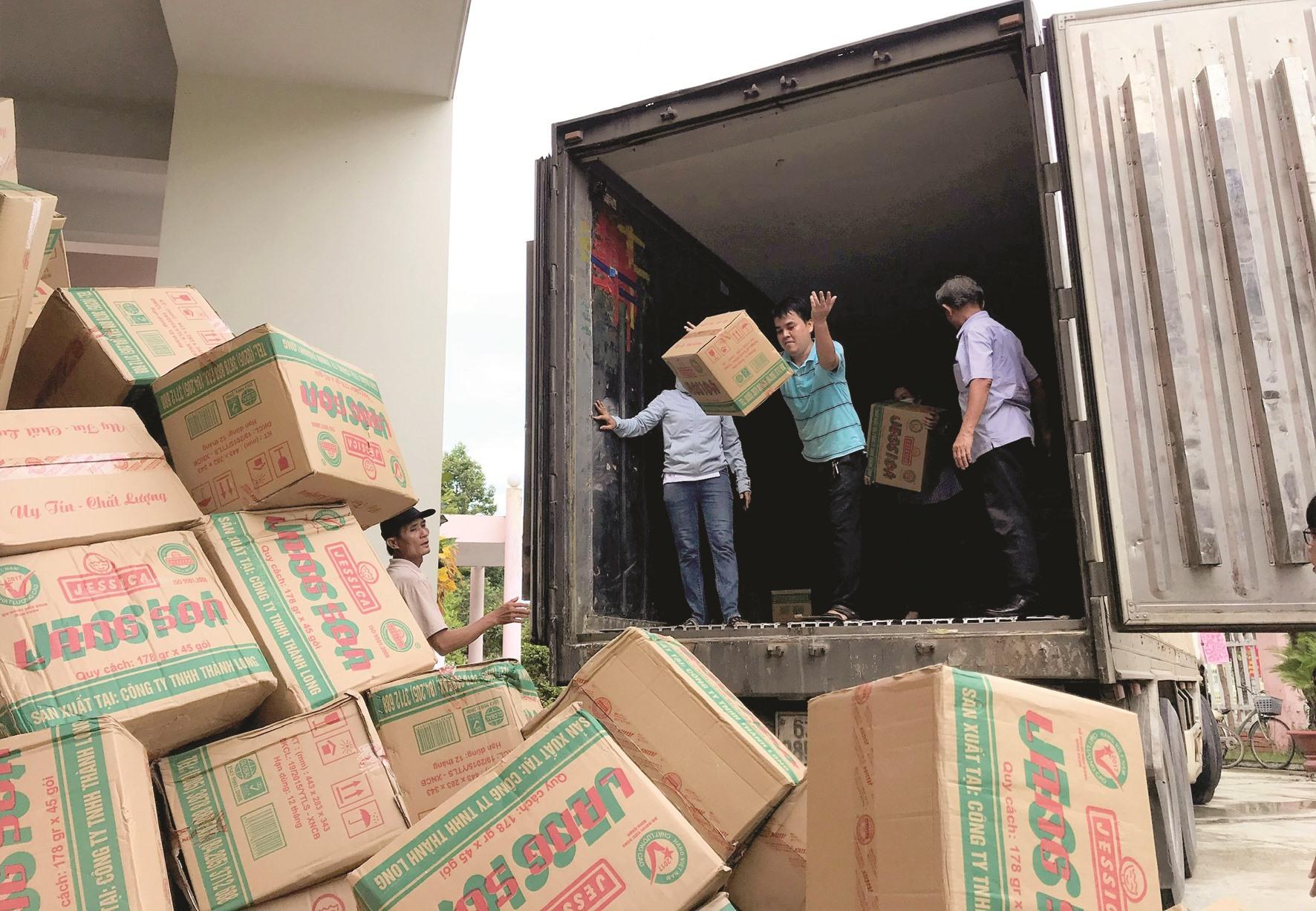Hàng cứu trợ của Ủy ban MTTQ Việt Nam tỉnh Lạng Sơn gửi đồng bào Quảng Nam bị thiệt hại do lũ lụt.