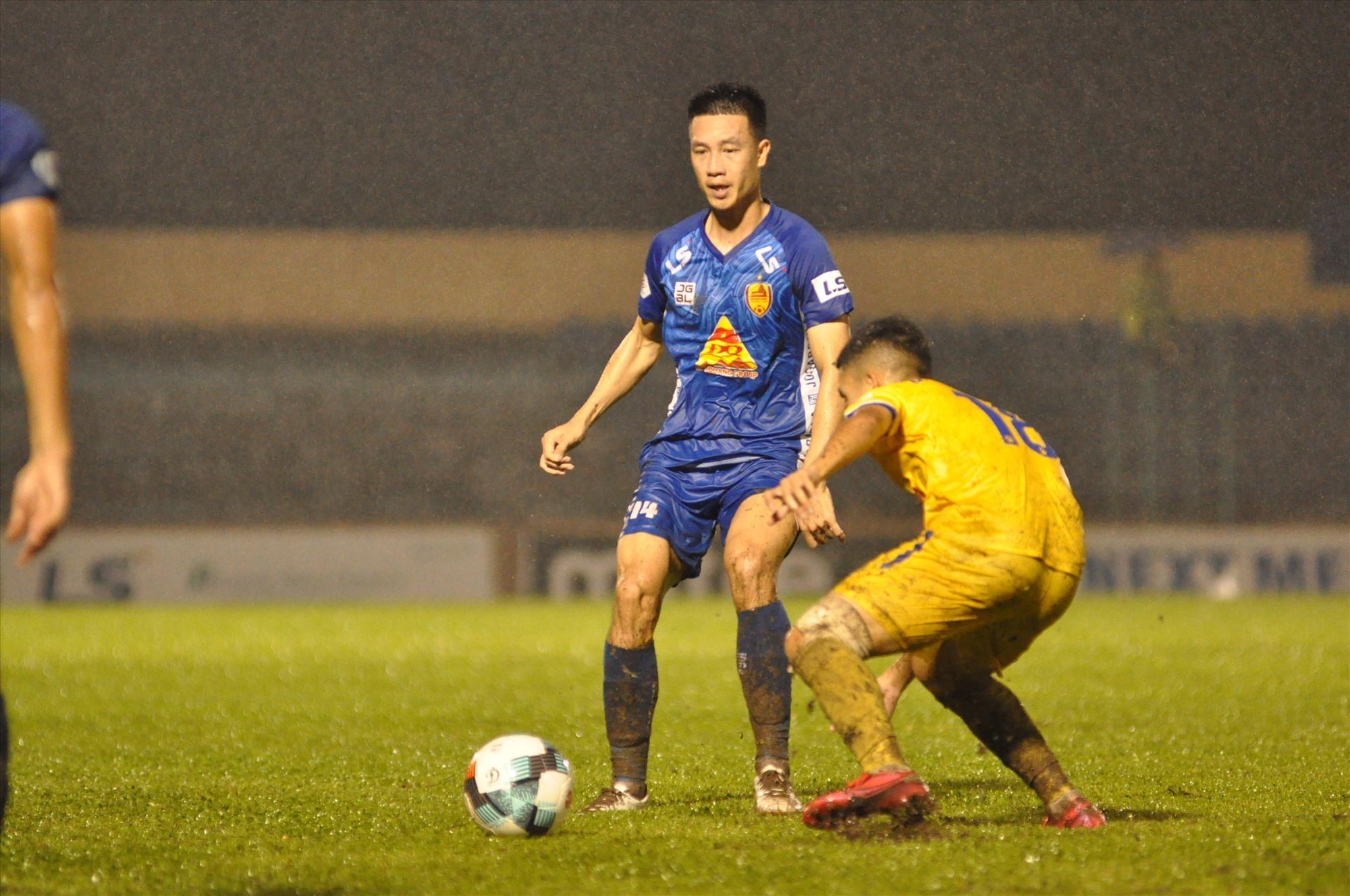 Huy Hùng (áo xanh) trong 2 trận đấu vừa qua thi đấu khá tốt. Ảnh: A.NHI