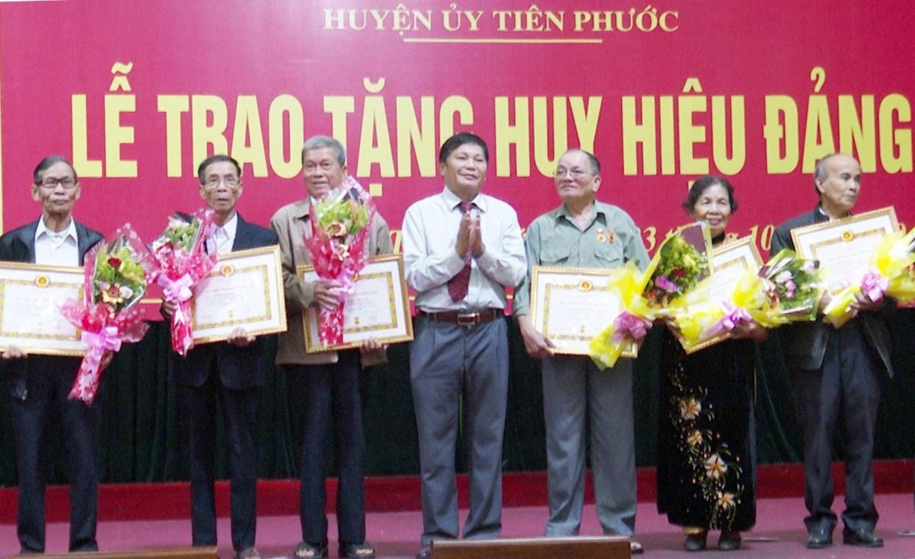 Huyện ủy Tiên Phước trao huy hiệu 55 năm, 50 năm tuổi đảng cho một số đảng viên trên địa bàn.
