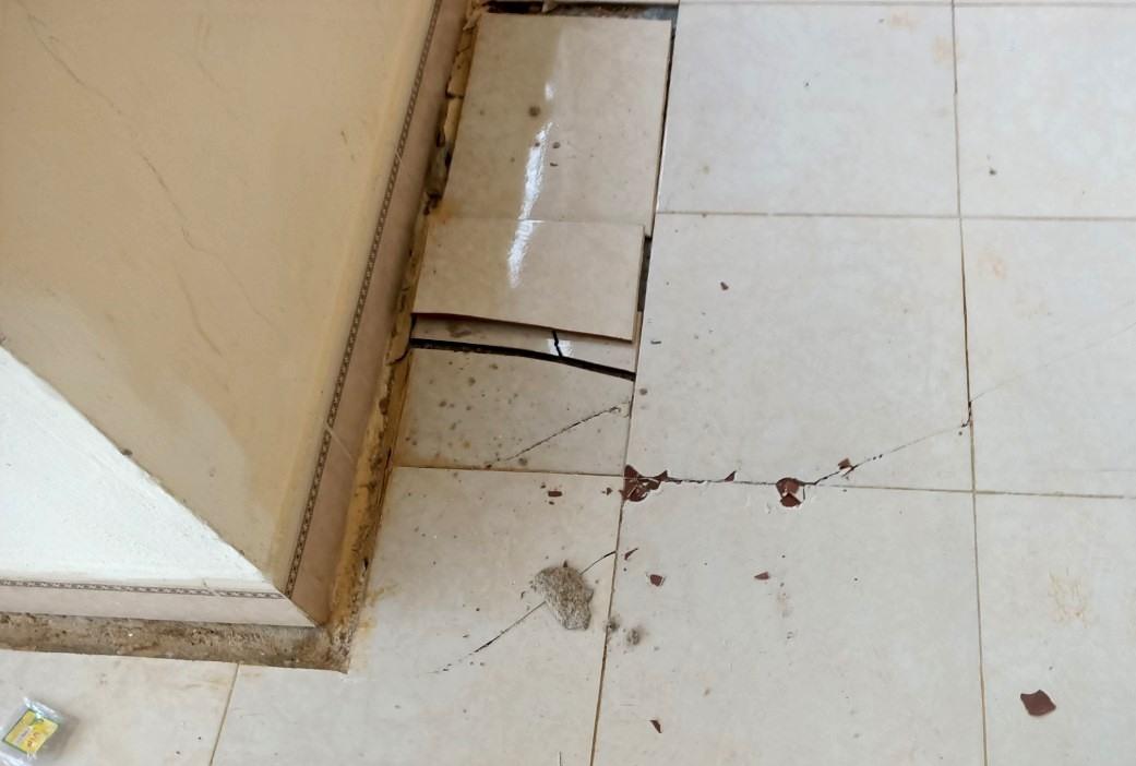 Nhiều mặt nền nhà ở có dấu hiệu sụt lún, xuất hiện bong tróc nền gạch. Ảnh: Đ.N