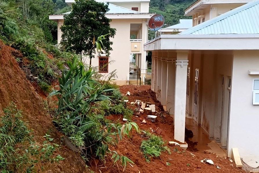 Sạt lở đất xuất hiện từ sau cơn bão số 5 vừa qua, nhiều khối lượng đât đá tràn xuống phía sau các dãy nhà. Ảnh: Đ.N