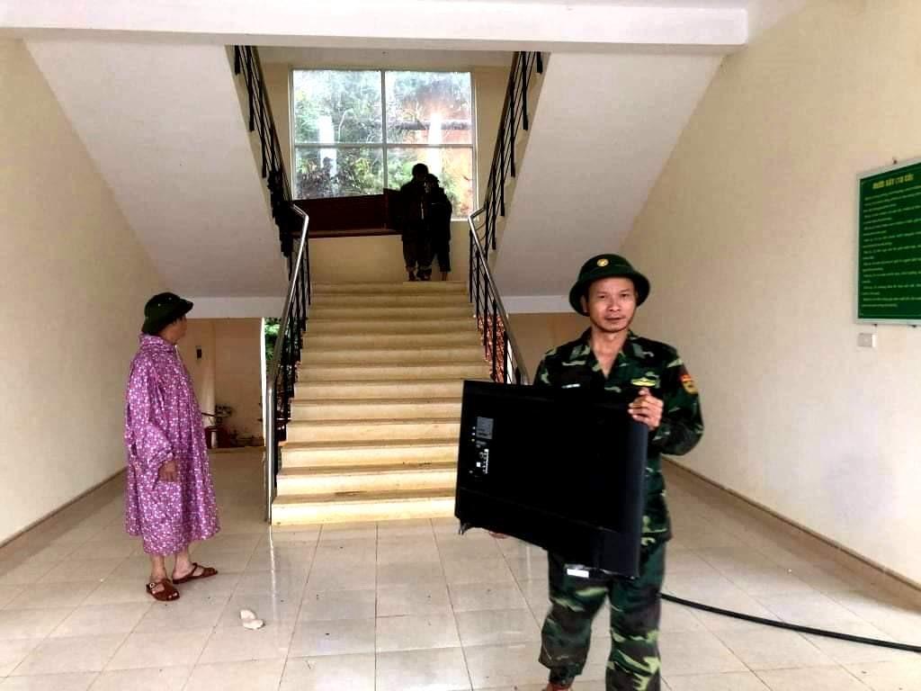 Các cán bộ, chiến sĩ di chuyển tài sản đến nơi an toàn. Ảnh: Đ.N