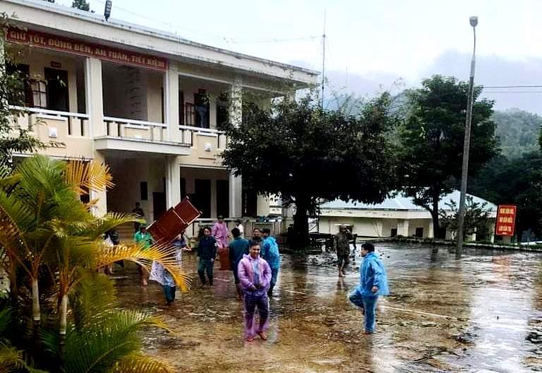 Trước tình hình mưa lũ, để đảm bảo an toàn, các cán bộ, chiến sĩ được lệnh sơ tán khẩn. Ảnh: Đ.N