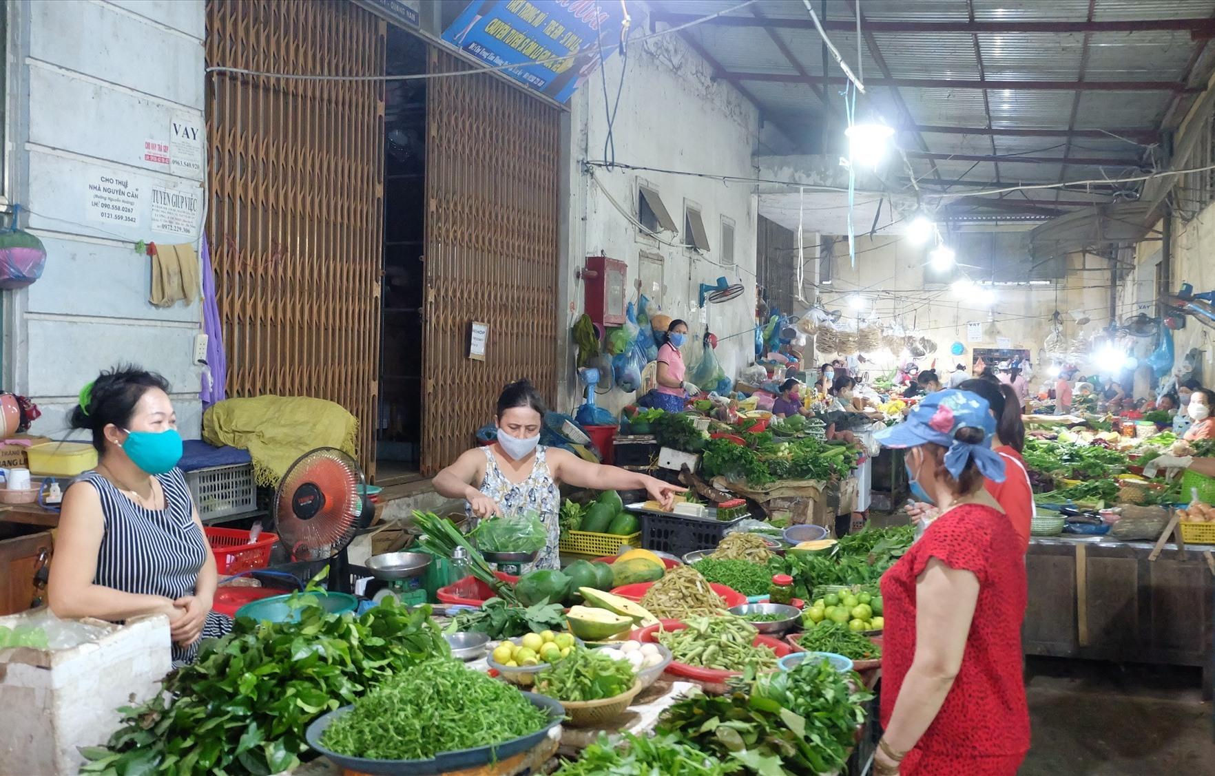 Cần có phương án dự trữ và cung ứng hàng hóa cho người dân khi có bão lũ xảy ra. Ảnh: M.L