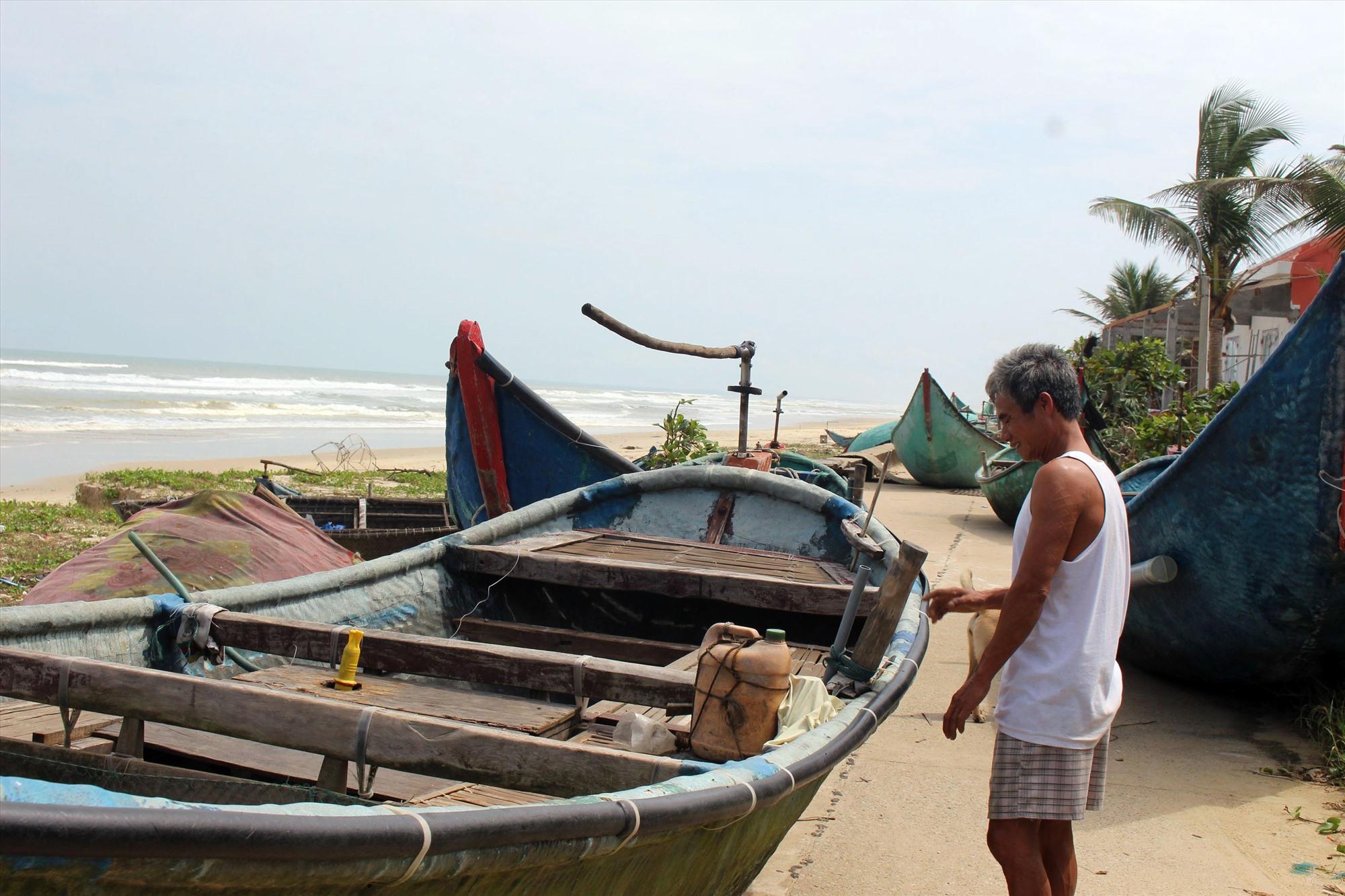 Người dân xã Tam Thanh đưa ghe lên bờ tránh bão. Ảnh: H.A