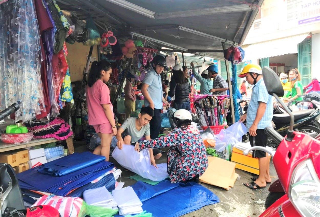 Người dân mua các dụng cụ phòng chống bão tại khu vực chợ Thương mại (phường An Mỹ). Ảnh: VINH ANH