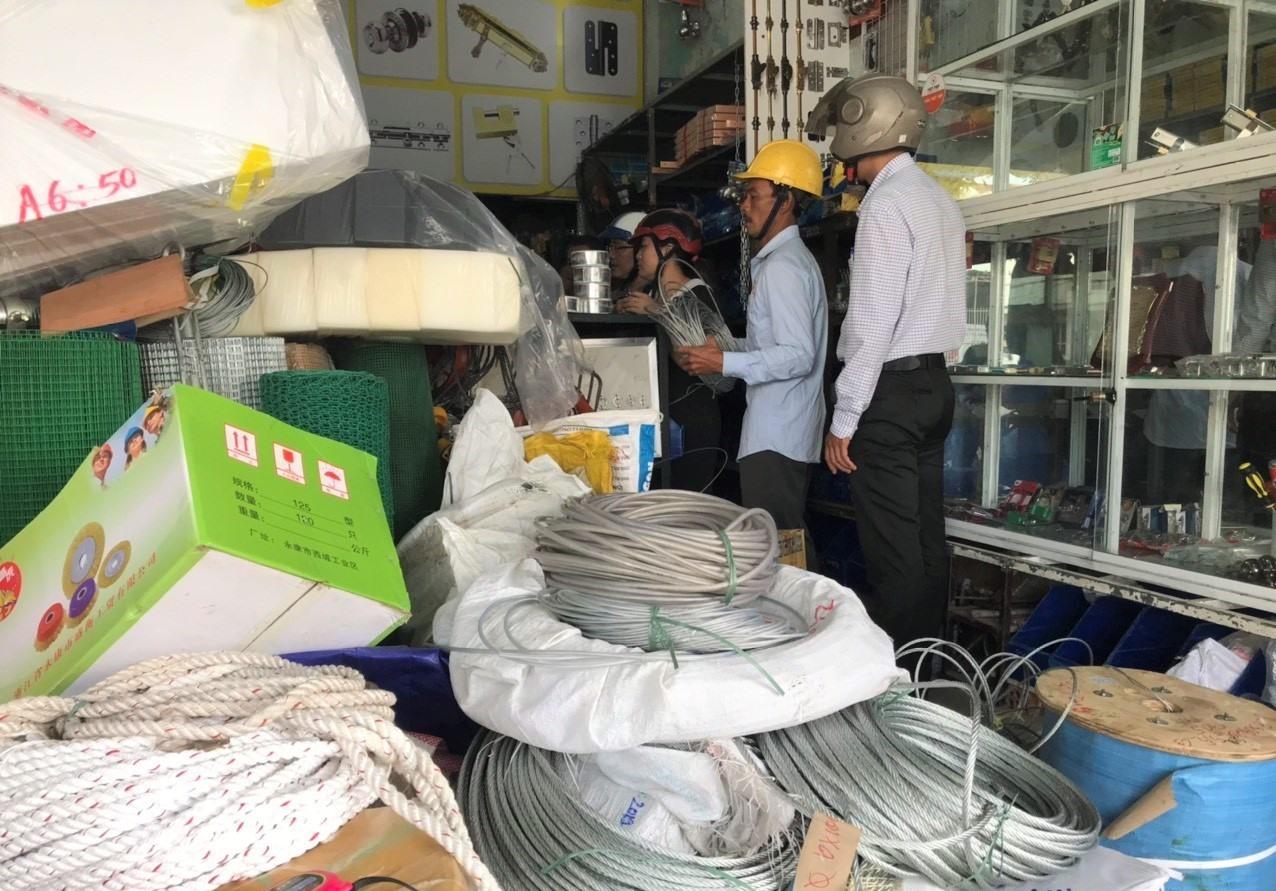 Các loại dây thừng, dây cáp được bày bán tại một cửa hàng vật liệu xây dựng. Ảnh: VINH ANH