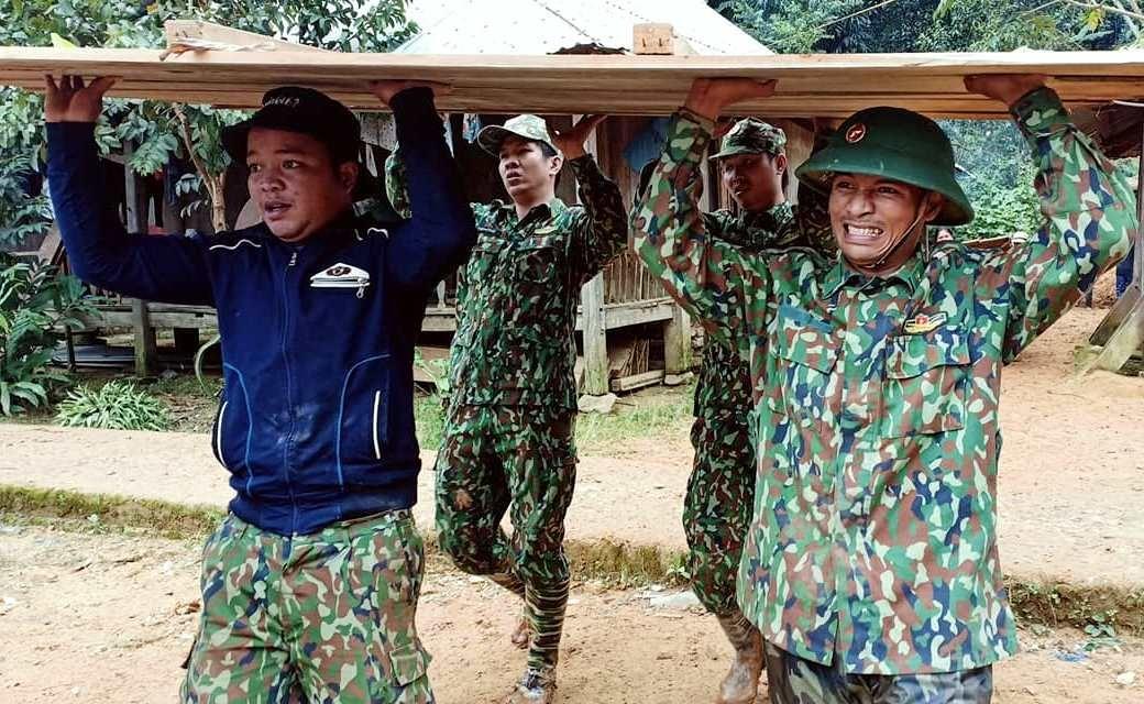 Các chiến sĩ Đồn Biên phòng A Xan (Tây Giang) di chuyển nhà cửa và tài sản của người dân đến nơi an toàn. Ảnh: Đ.N