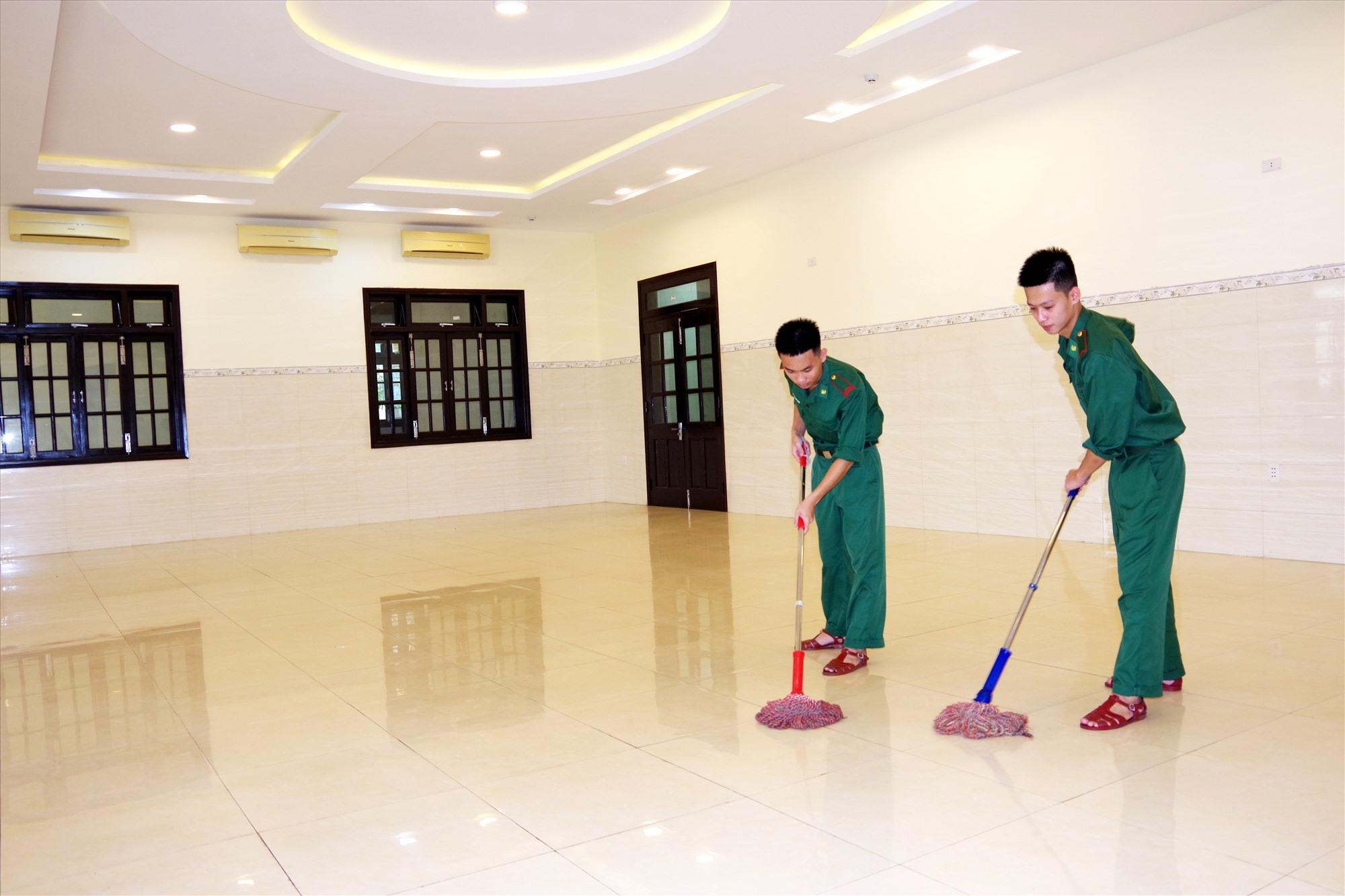 Các chiến sĩ Bộ Chỉ huy Bộ đội Biên phòng tỉnh lau dọn phòng sạch sẽ, chuẩn bị đón công dân đến trú bão. Ảnh: Đ.N