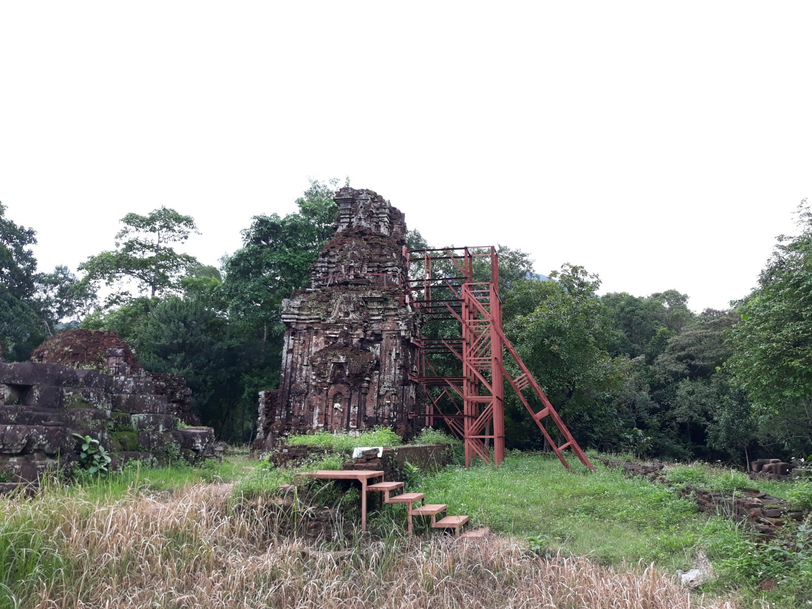 Tháp B3 đã được gia cố, chống đỡ bằng hệ thống kiềng thép. Ảnh: B.A