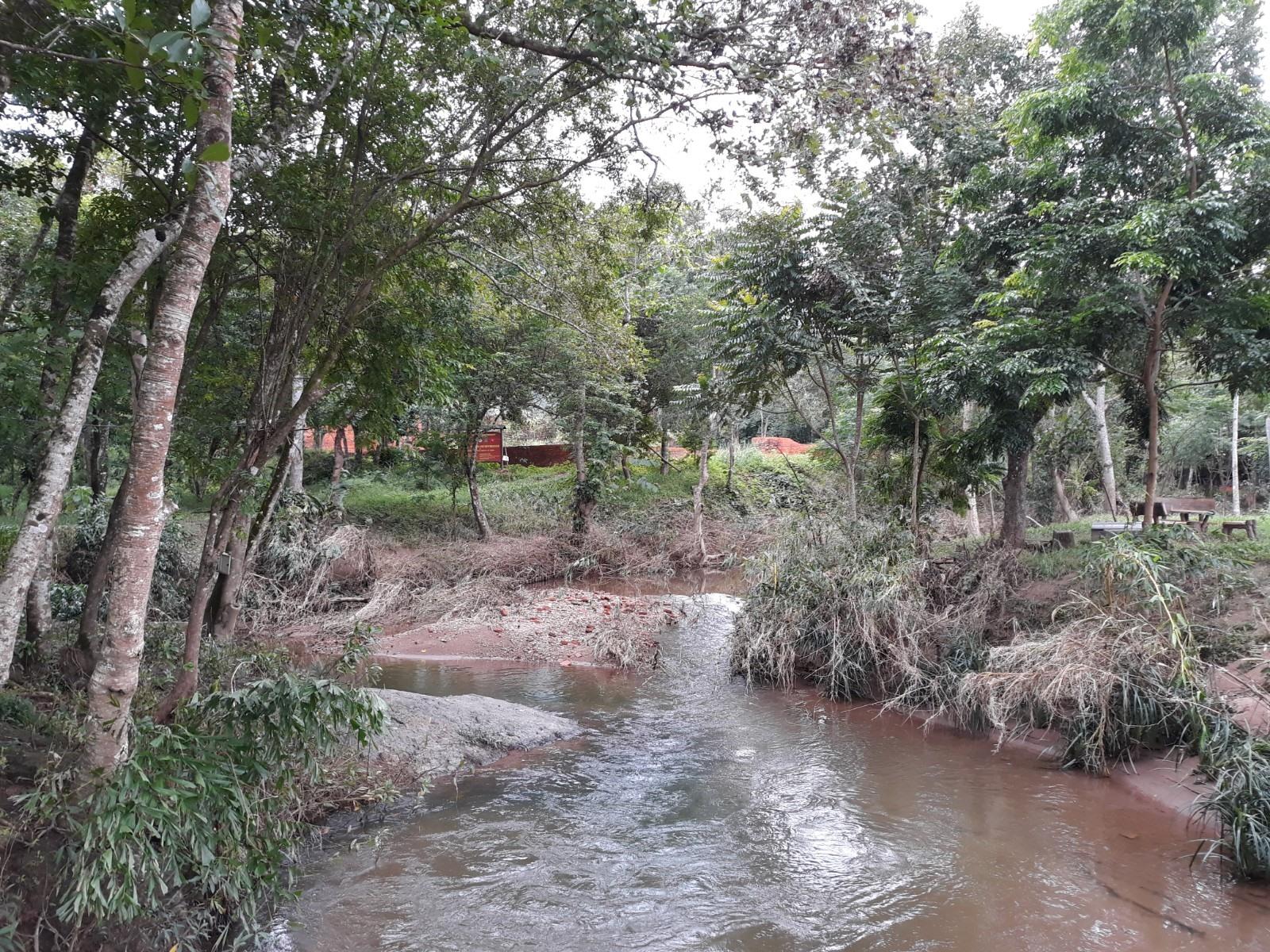 Nhiều đoạn suối Khe Thẻ bị xói lở sau đợt mưa lũ hồi giữa tháng 10, hiện chưa kịp khắc phục. Ảnh: B.A