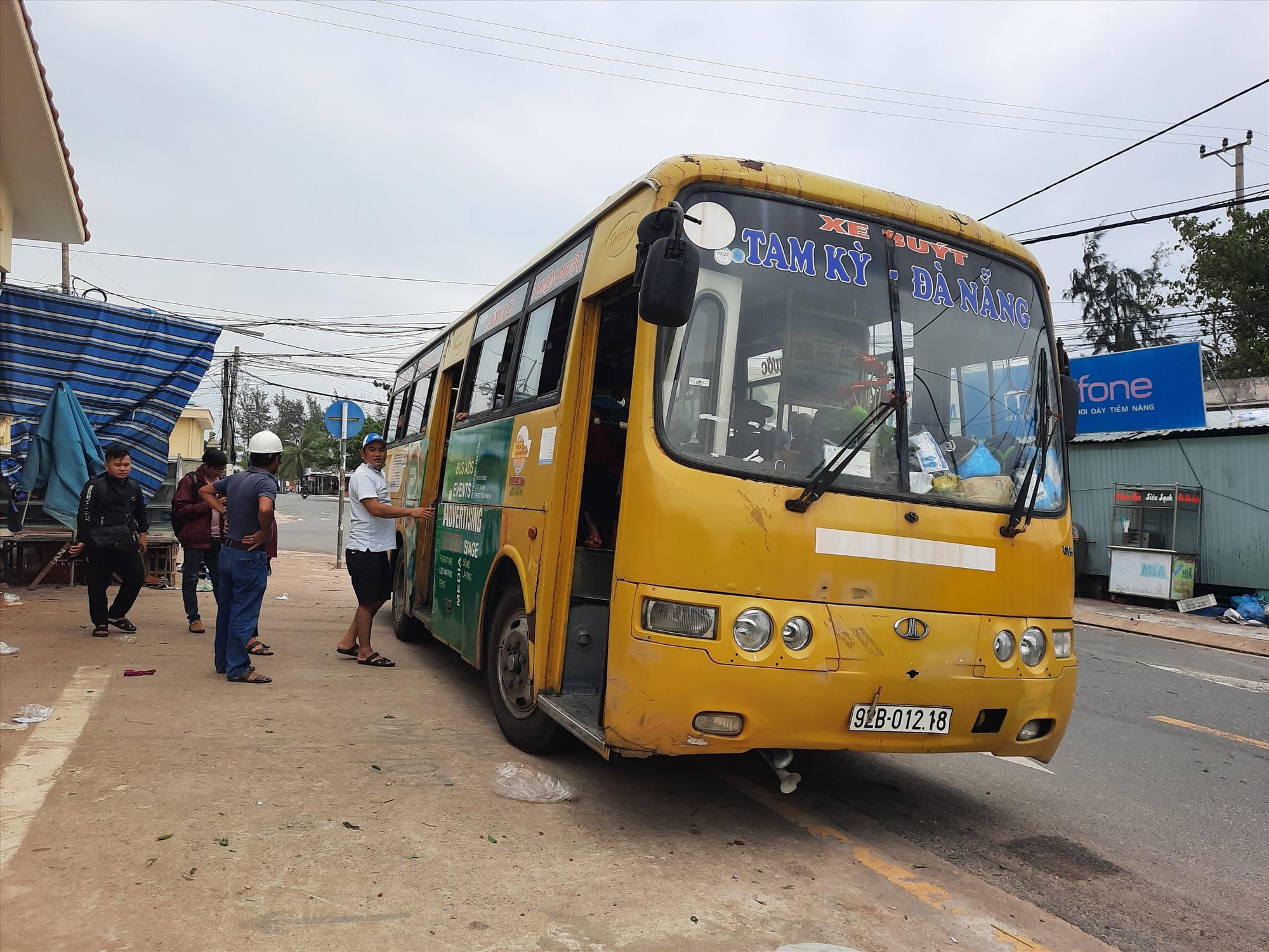 TP. Tam Kỳ di dời người dân đến tránh bão bằng xe buýt. Ảnh: H.Q