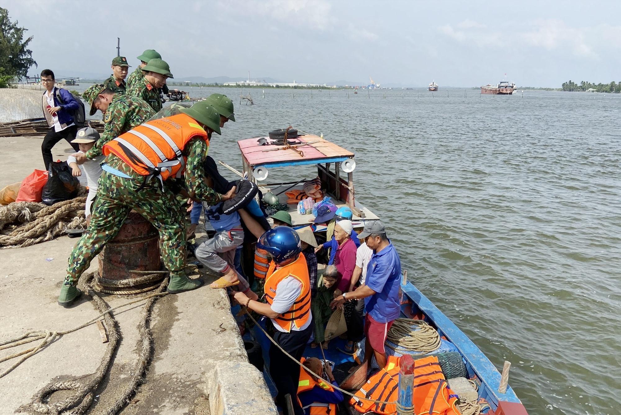 Riêng huyện Núi Thành đã sơ tán hơn 2.500 hộ và đang tiếp tục vận động người dân đến nơi trú ẩn an toàn trước 17 giờ chiều nay.
