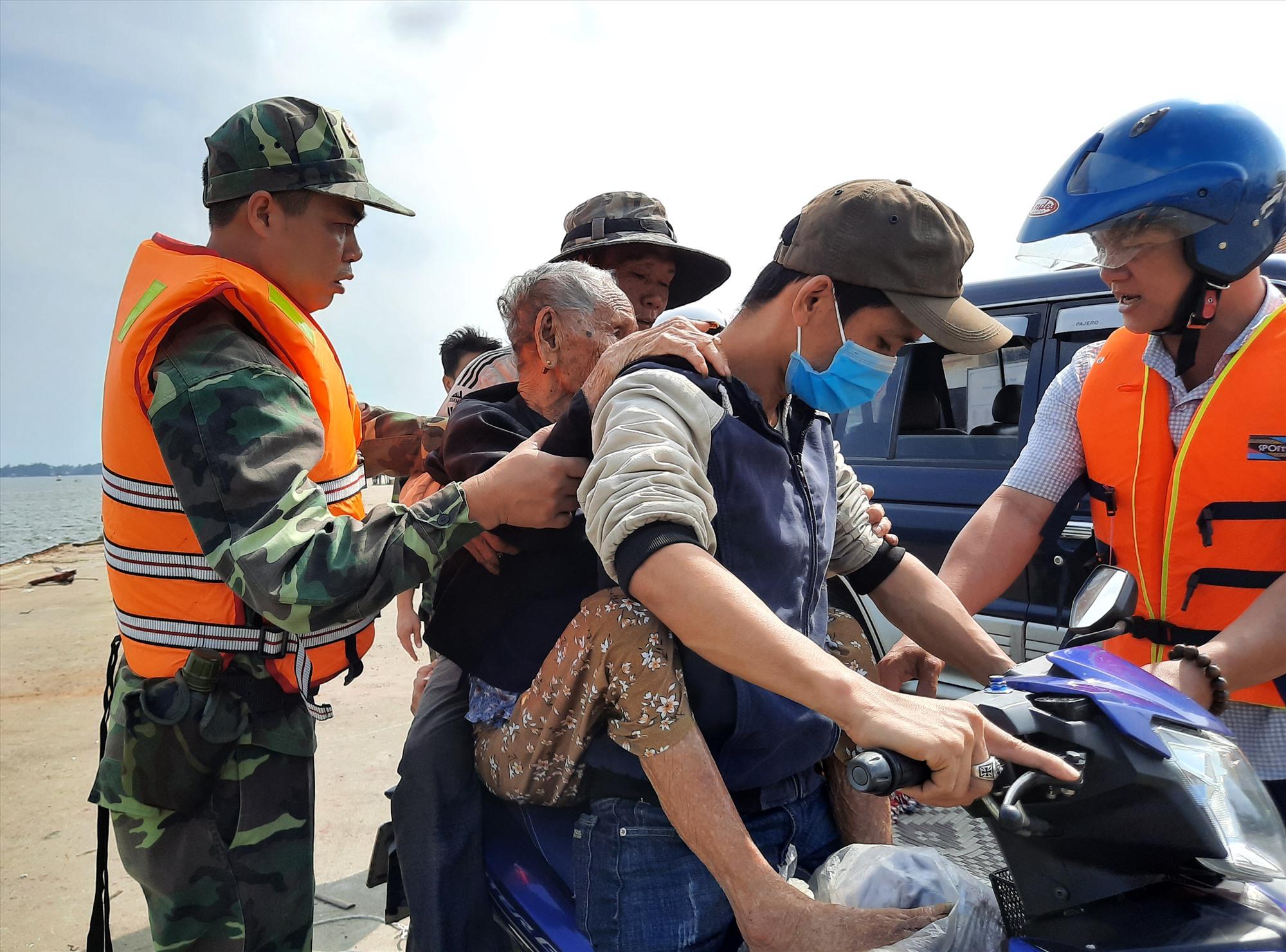 Người dân vùng ven biển được chính quyền sơ tán ngay trong sáng 27.10. Ảnh: Đ.Q