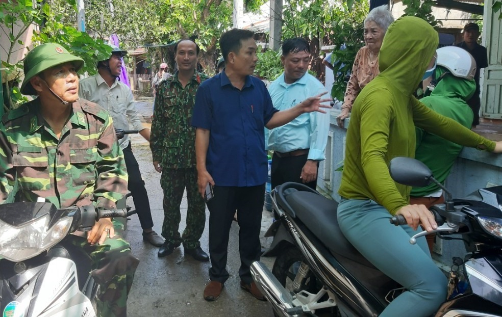 Chính quyền xã đảo Tân Hiệp vận động người dân đến nơi sơ tán an toàn trong sáng cùng ngày. Ảnh: C.T