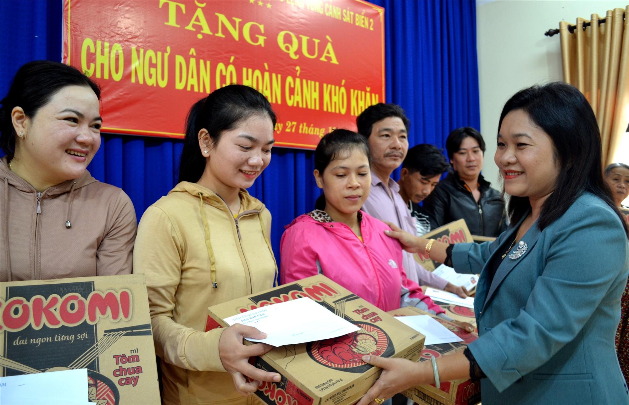 Bà Huỳnh Thị Thùy Dung - Trưởng ban Dân vận Tỉnh ủy trao quà hỗ trợ gia đình ngư dân. Ảnh: VIỆT NGUYỄN