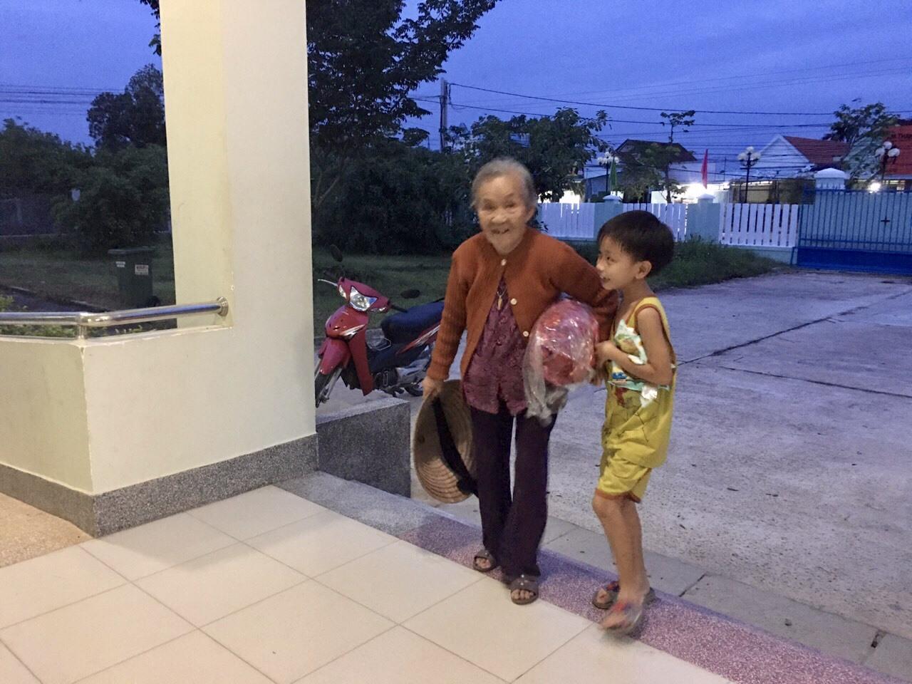 Xã Tam Phước ưu tiên đưa cụ già, trẻ nhỏ đến nơi tránh trú bão. Ảnh: CTV