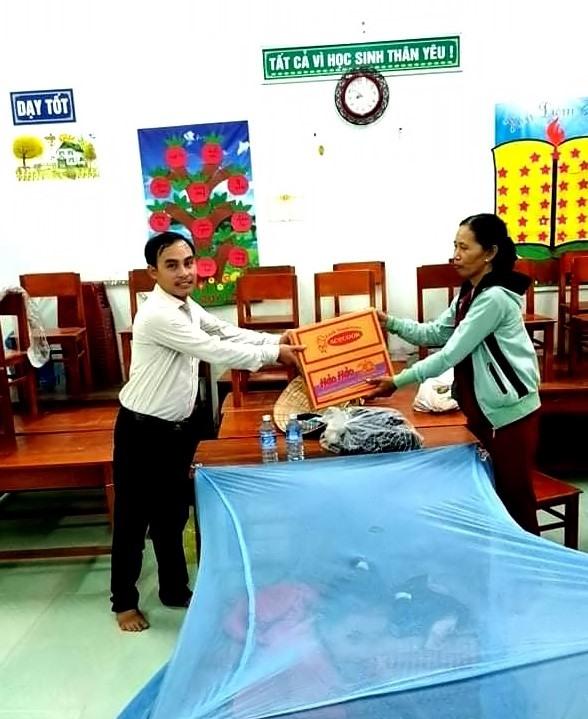 Đại diện Ủy ban MTTQ Việt Nam xã Duy Hải thăm hỏi, tặng nhu yếu phẩm cho người dân di dời tránh bão.     Ảnh: T.P